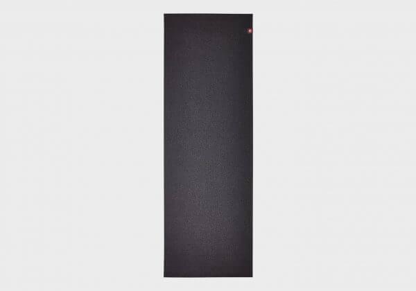 Черный коврик для йоги.